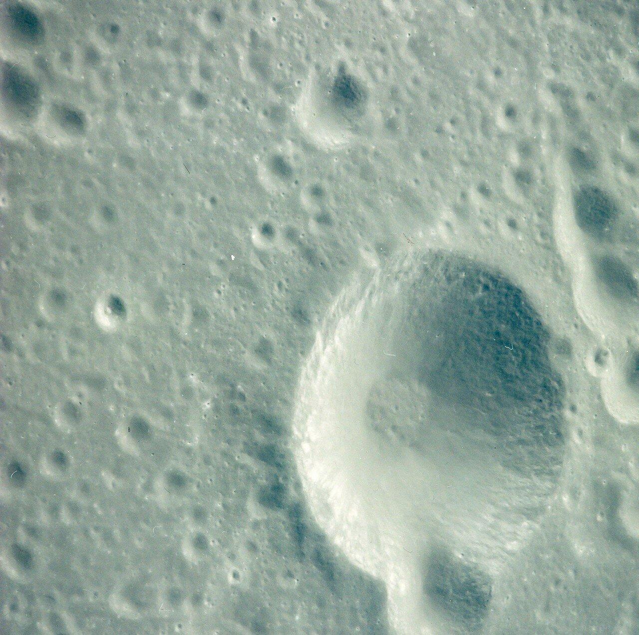 Он отработал 6 минут 15,1 секунды. Скорость корабля уменьшилась на 854,6 м/с, он вышел на эллиптическую окололунную орбиту с апоселением 315,6 км и периселением 108 км. На снимке: кратер Менделеева