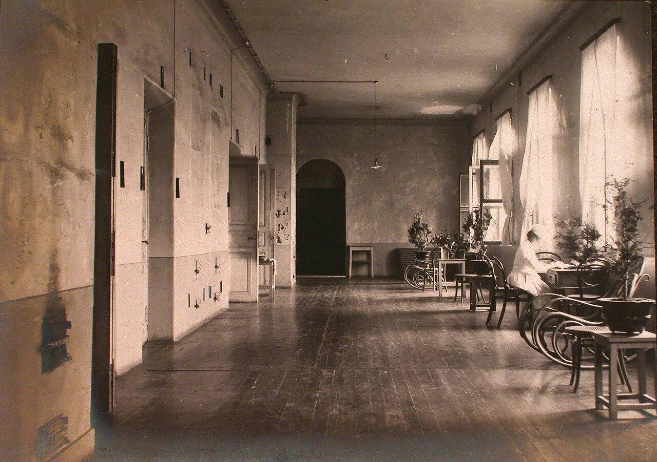 21. Вид части коридора в здании больницы