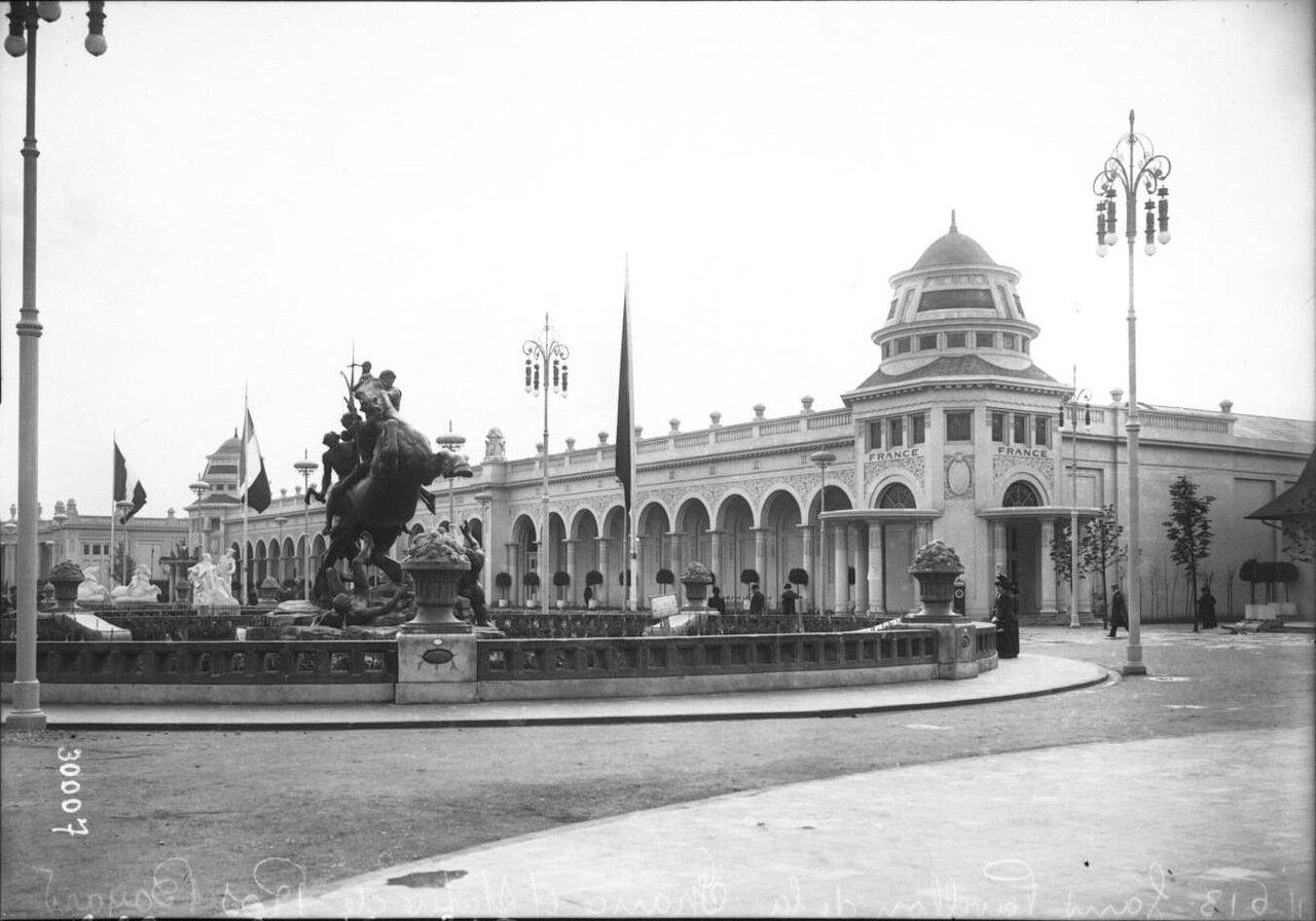Павильон Франции и статуя лошади Баярда
