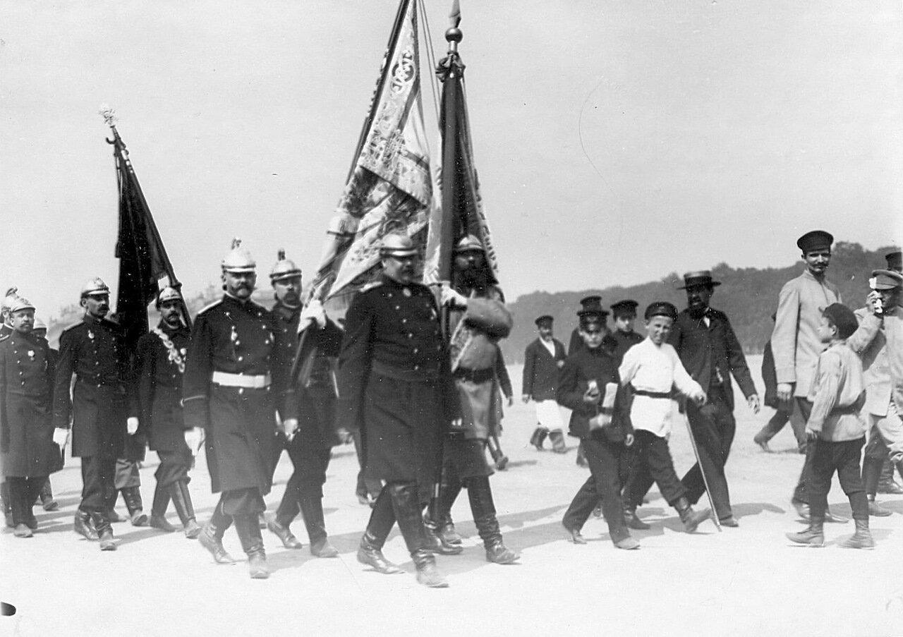 20. Члены пожарного общества со знаменами проходят по Марсову полю в день 10-летия основания общества