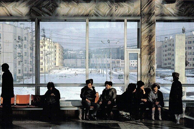 Вокзал в Северобайкальске. В городе - 30 тыс. жителей, и современных благоустроенных квартир - как те, что видно на снимке - на всех не хватает