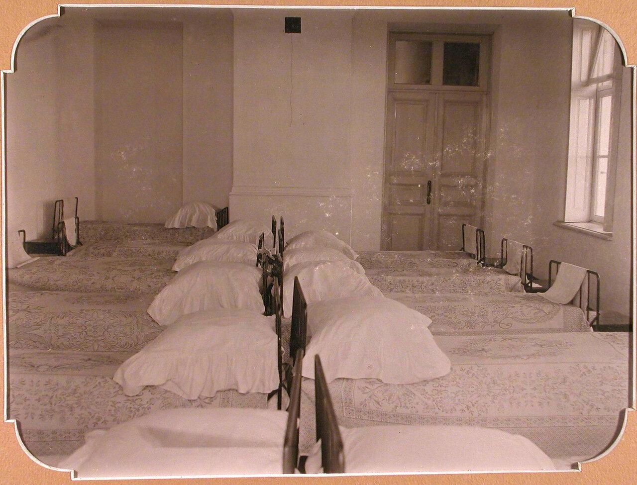 12. Вид части помещения спальни для воспитанниц школы
