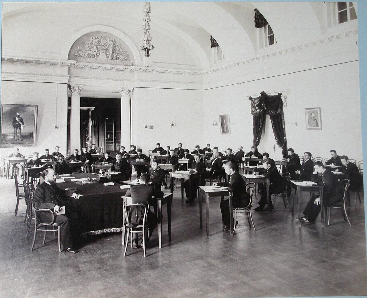 17. Гимназисты Первой Киевской гимназии во время письменного выпускного экзамена в актовом зале