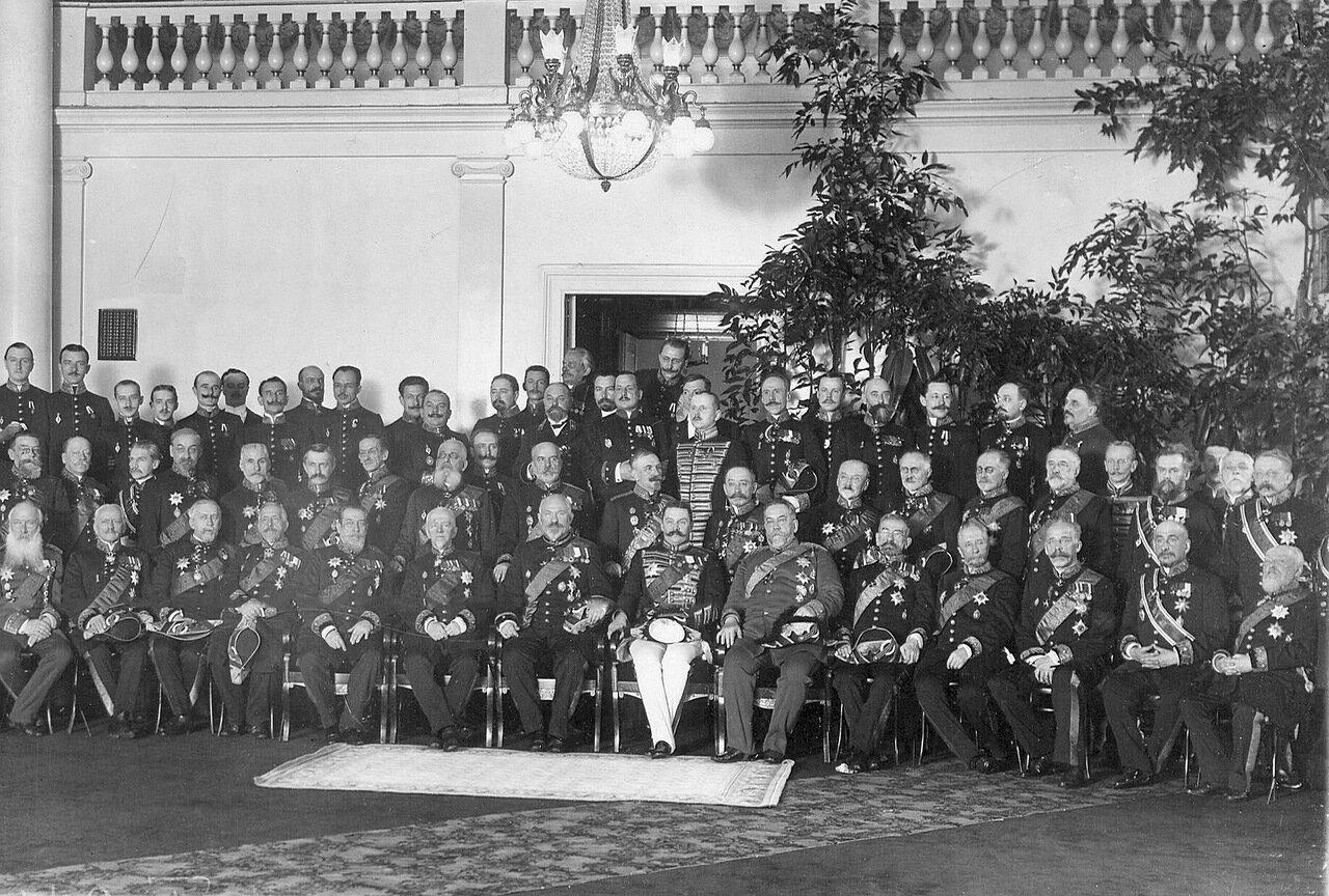 09. Группа сенаторов у входа в зал заседаний. 1914