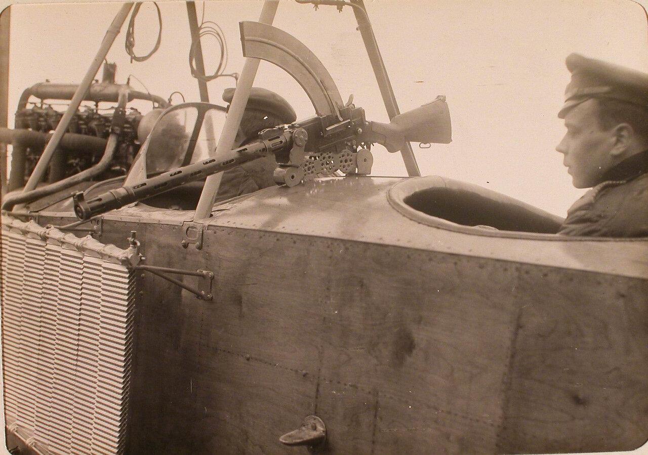 28. Пулеметная установка, сконструированная военными авиароты для Модсена на Альбатросе, укрепленная на корпусе летательного аппарата.  Псков