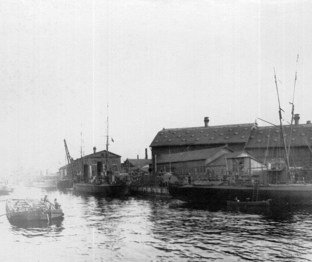 26. Корабли у причалов заводской пристани. 1911