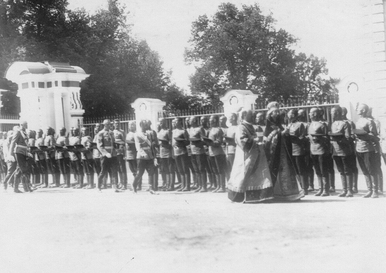 22. Император Николай II, лица высшего офицерского состава и священнослужители обходят полк во время молебна. Петергоф. 29 июня 1913