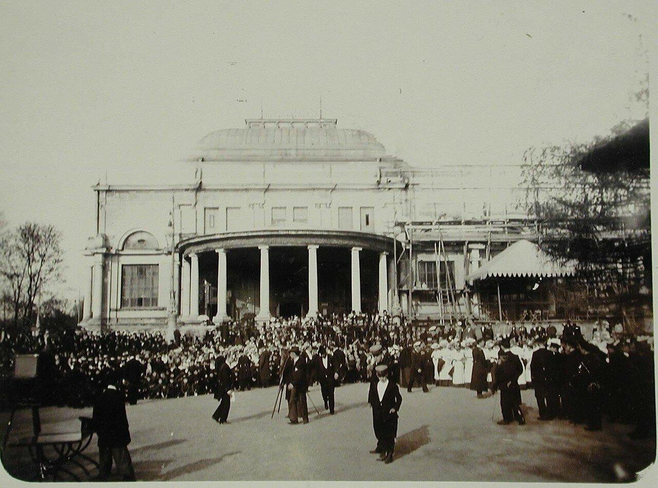 17. Фотограф фотографирует участников празднования юбилея Общества у строящегося здания Народного дома императора Николая II