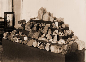 Вид части экспонатов выставки горные породы золотоносных районов по левым притокам рек Ингоды и Шилки.