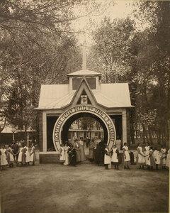 Воспитанницы гимназий, группа местных жителей у павильона наследников графа П.П. Шувалова.