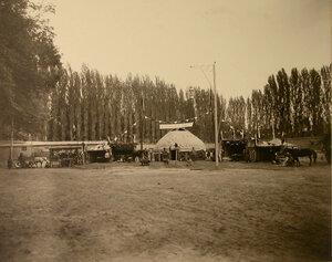 Группа местных жителей у экспонатов, представленных в отделе Чимкентского уезда.