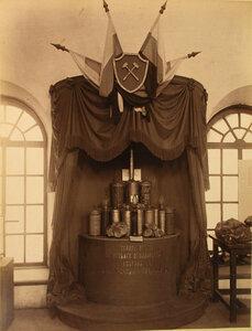 Витрина с продукцией Товарищества ртутного роизводства Ауэрбах и ко  горнозаводском отделе выставки.