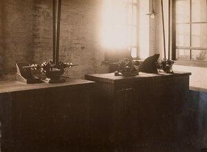 Вид станков для заточки инструментов в одном из цехов мастерской.