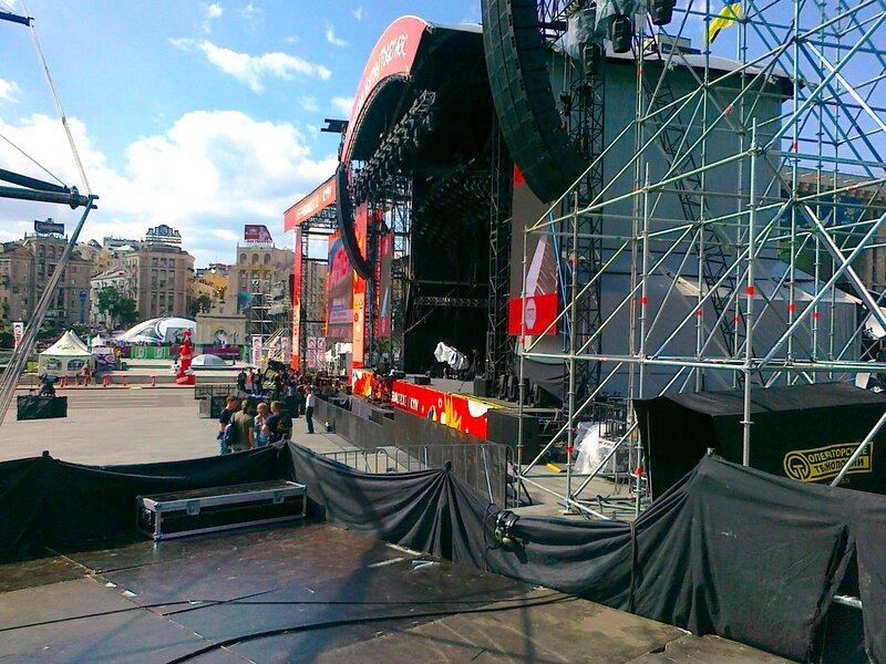 Подготовка главной сцены фан-зоны к концерту