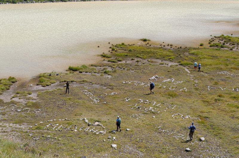 Возле озера кто-то навыкладывал похабных слов из камней