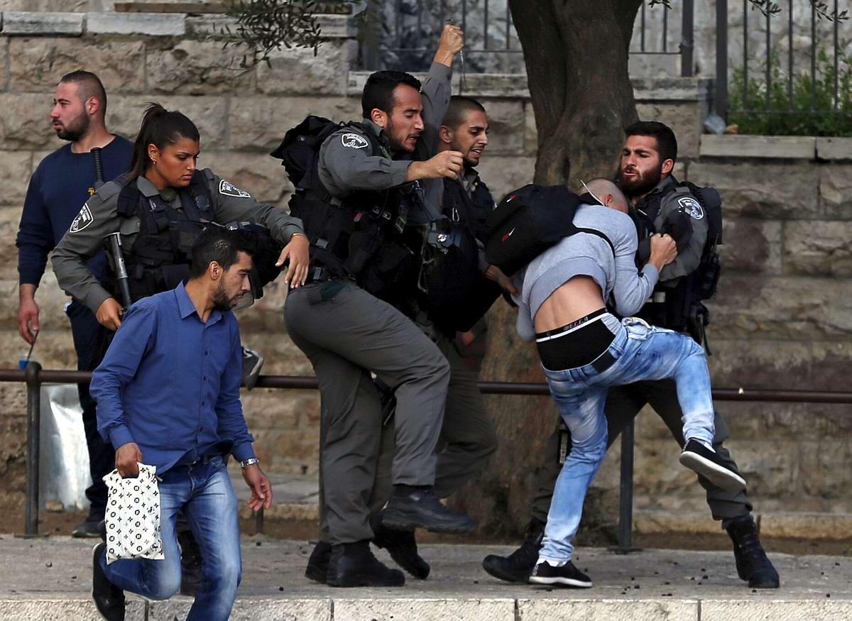 Уличные разборки: Израильские полицейские против палестинца