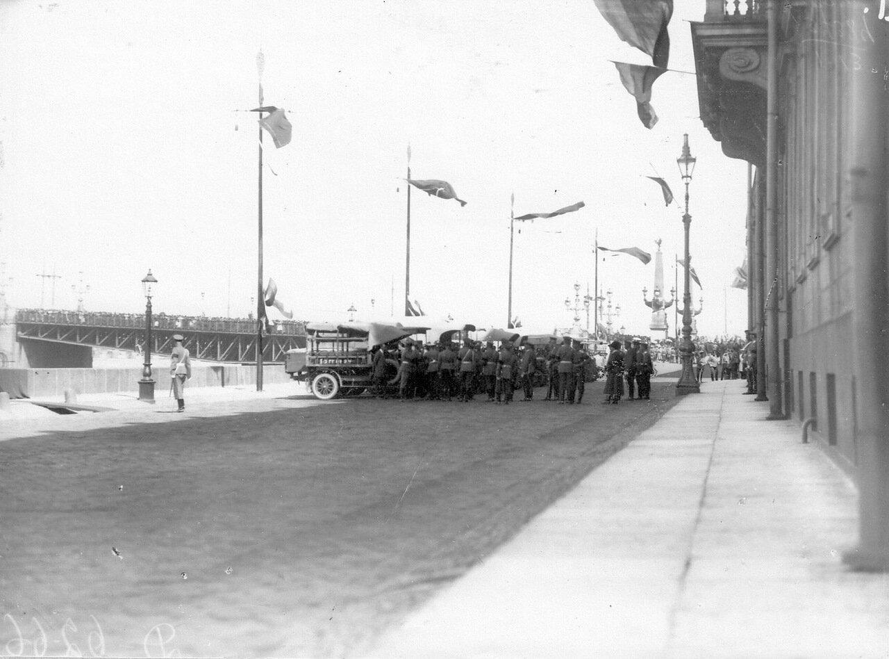 01. Император Николай II со свитой осматривает грузовики