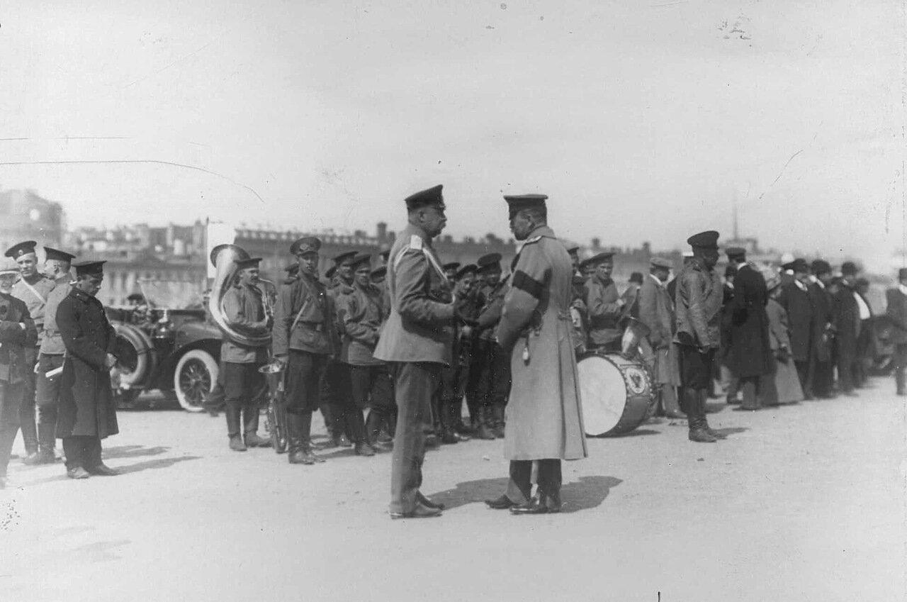 16. Военный оркестр на Марсовом поле у колонны автомобилей