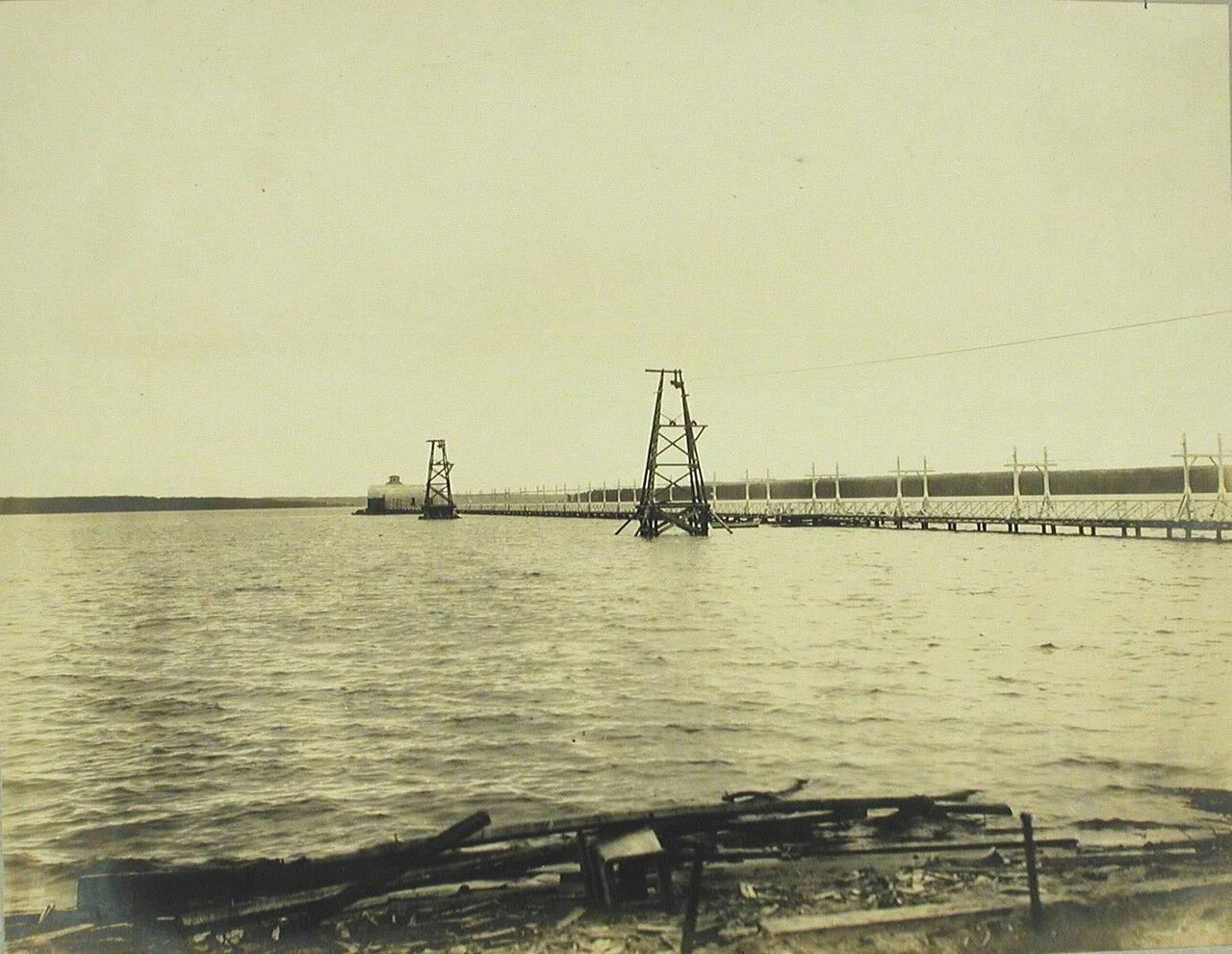 19. Общий вид подвесной дороги и мостиков, ведущих на пристрелочную минную станцию (на середине озера)