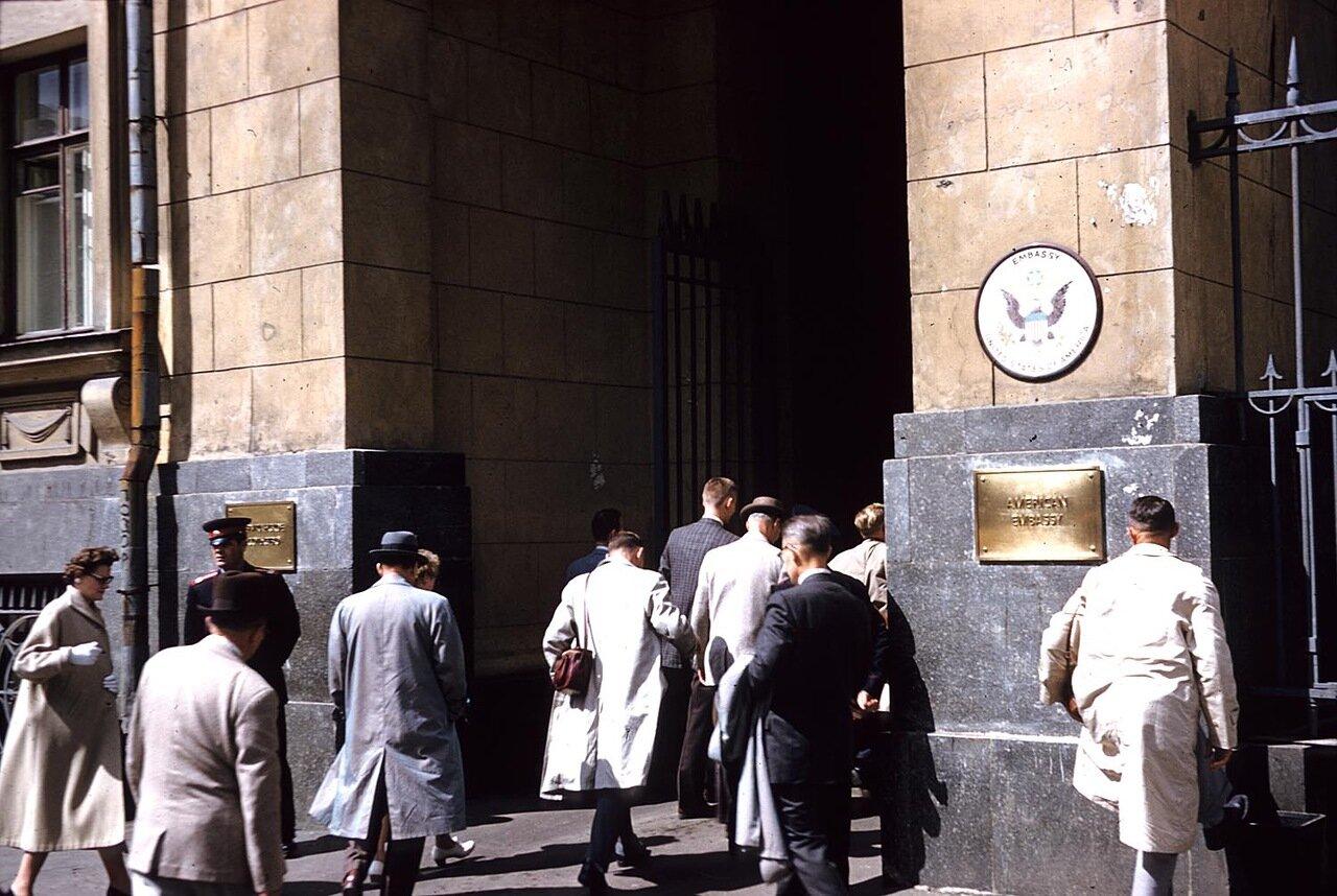 15. Вход в посольство США