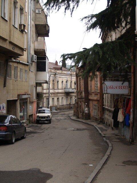 Улочка в старом городе, где-то между Метехи и Тависуплебис