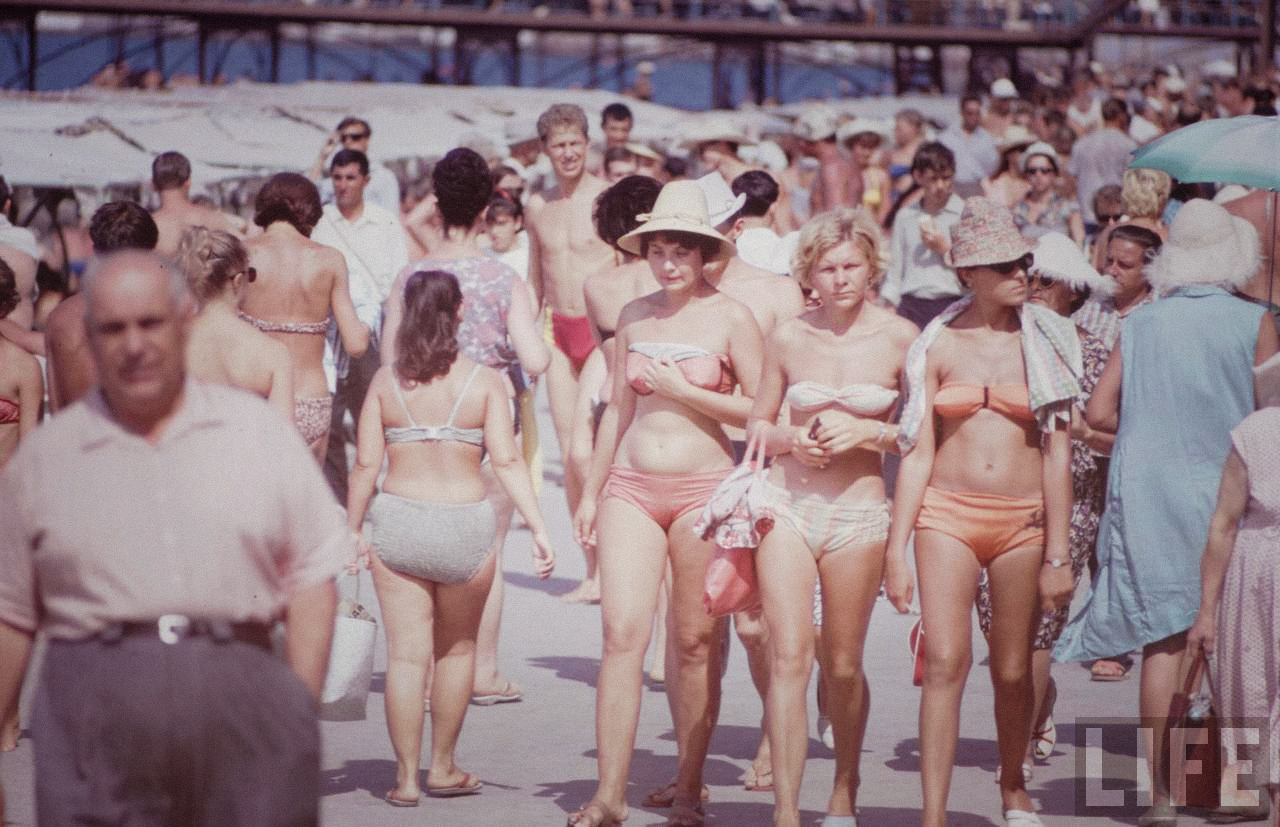 Очередные страшные советские тетки на пляже