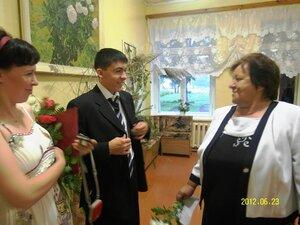 Учитель математики Зинаида Евгеньевна и её выпускник.