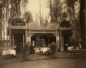Служители у павильона Г.Э. Генеля.