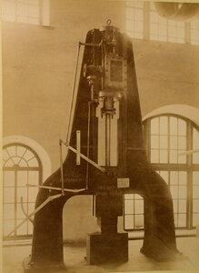 Общий вид парового молота фабрики Ятес  в горнозаводском отделе выставки.