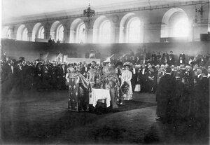 Молебен перед открытием выставки; с букетом цветов стоит великая княгиня Мария Павловна (младшая).