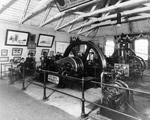 Новейшая модель двигателя фабрики Отто Дейтц - экспонат выставки.