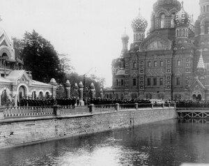 Колонна пеших казаков проходит по набережной Екатерининского канала после окончания освящения храма.