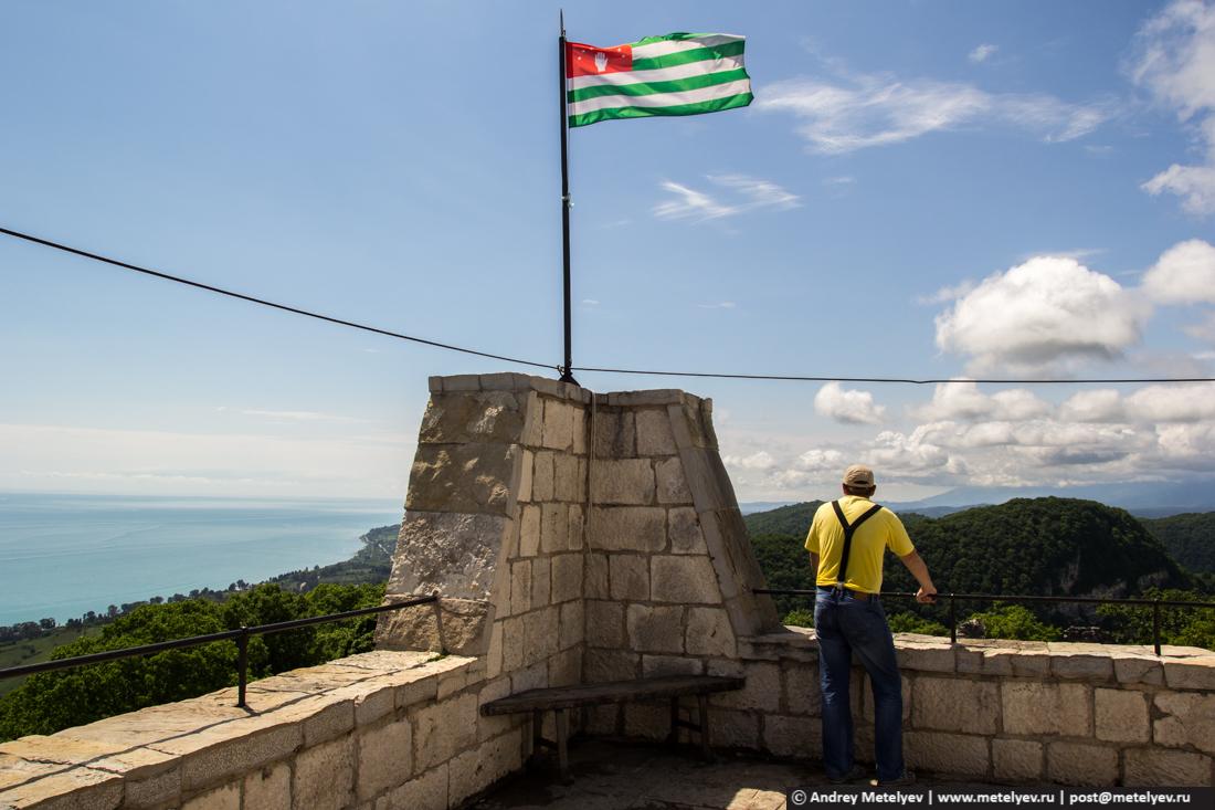 флаг Абахии на башне крепости