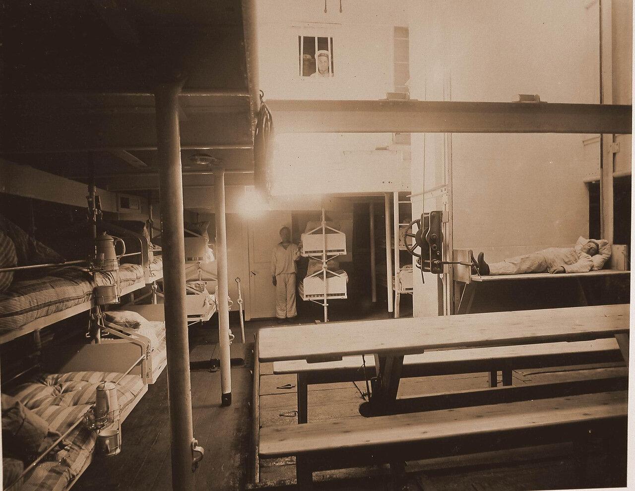 20. Подъемная машина для подачи раненых с верхней палубы плавучего госпиталя Орёл