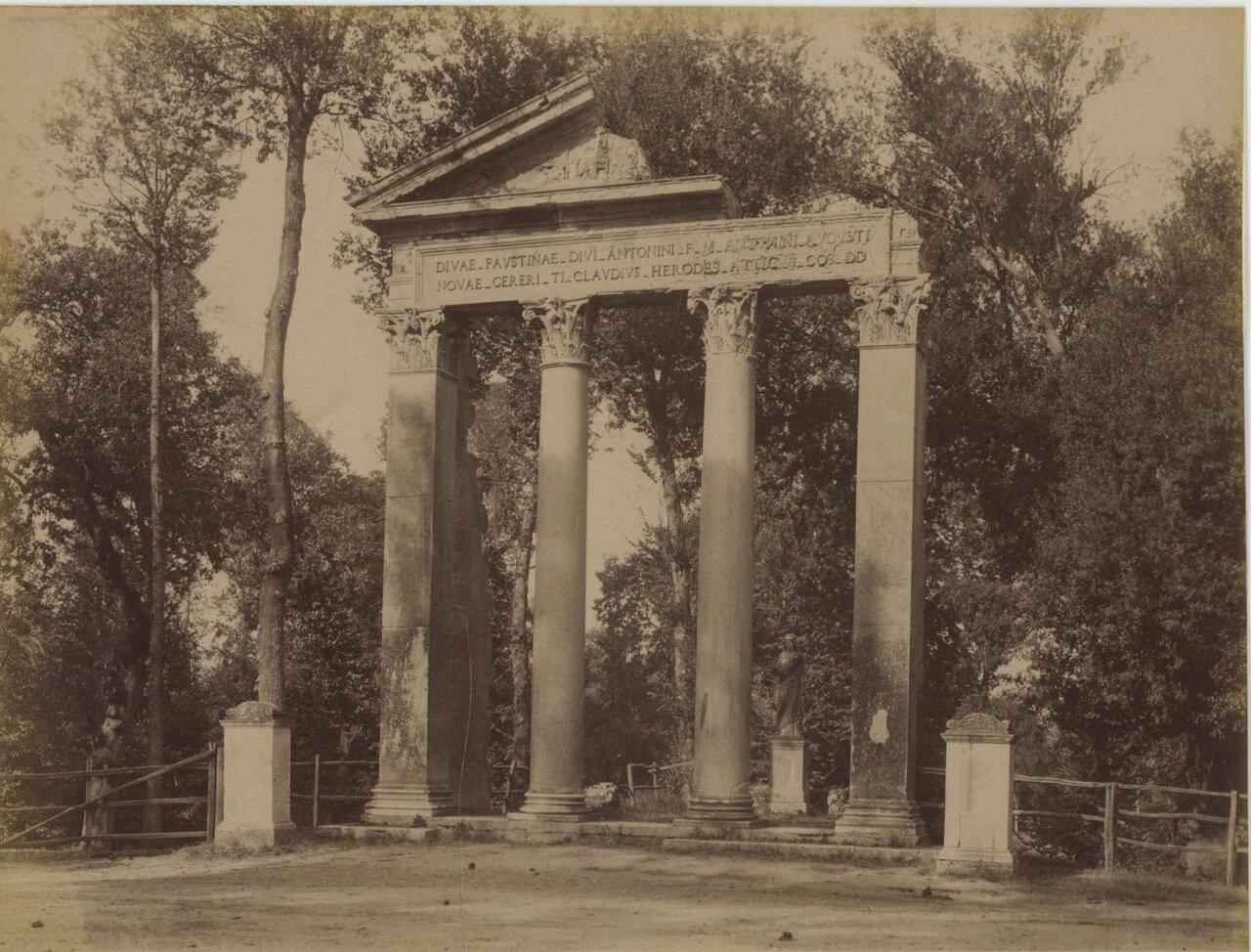 Храм Антонина и Фаустины. Портик