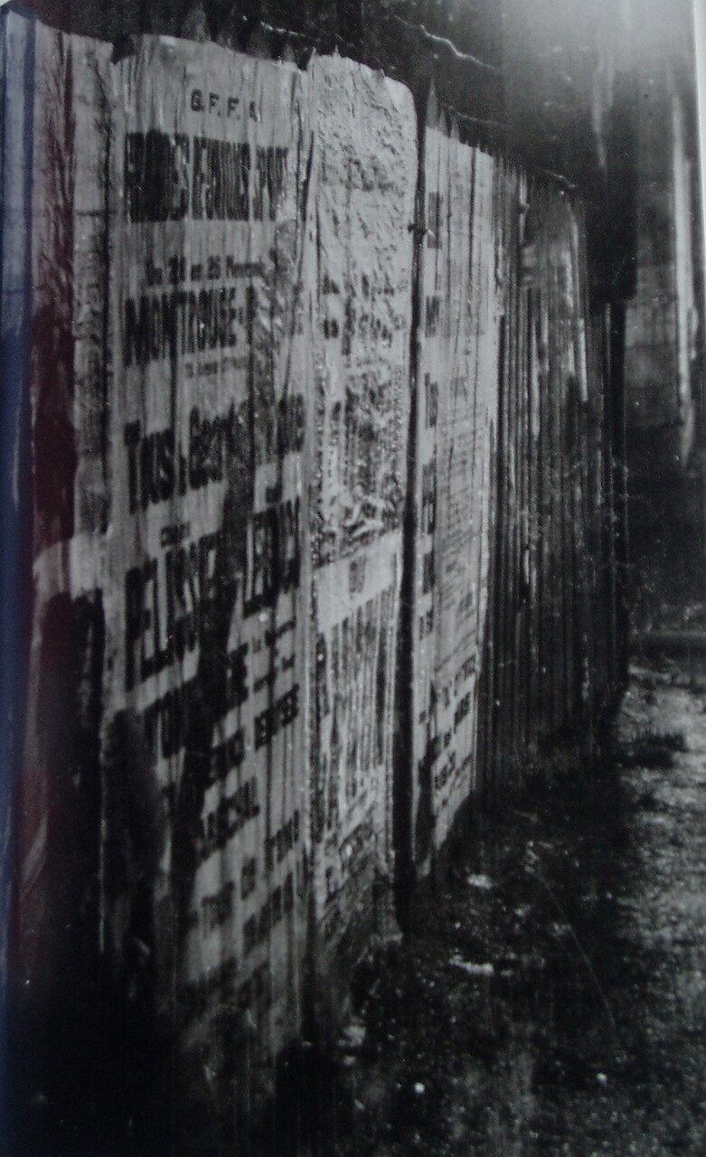 1930. Плакаты на заборе