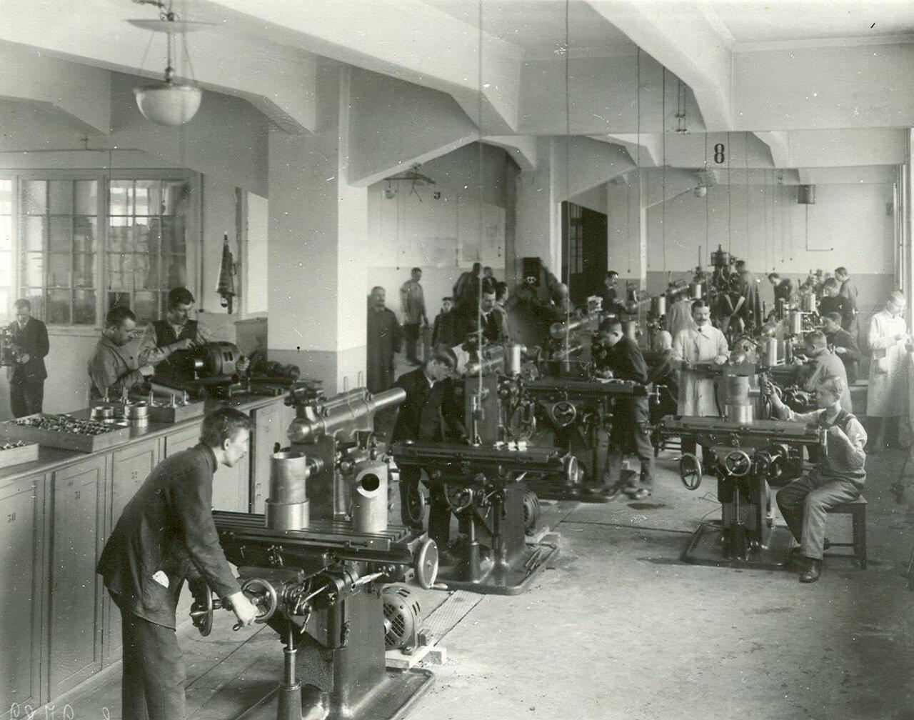 04. Рабочие за работой в одном из цехов завода