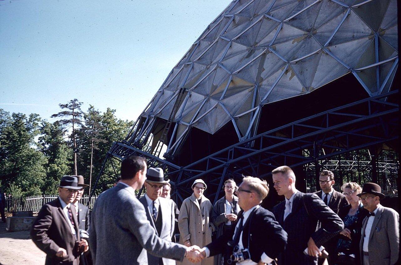 21. Группа возле строящегося павильона Американской выставки