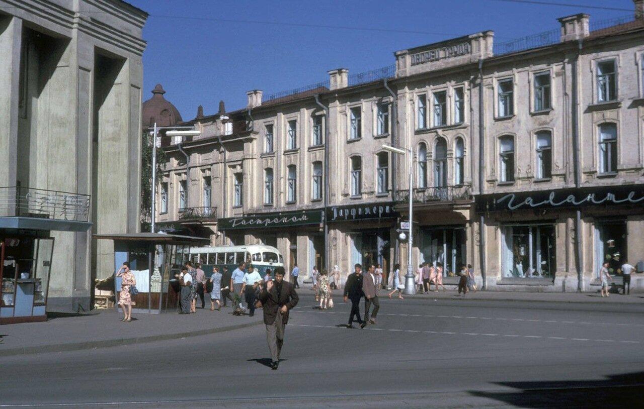 Справа здание ТЮЗа (бывший отель «Централь»), слева старое здание Нархоза