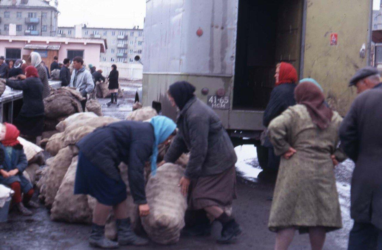 16. Новосибирск. Женщины разгружают картошку