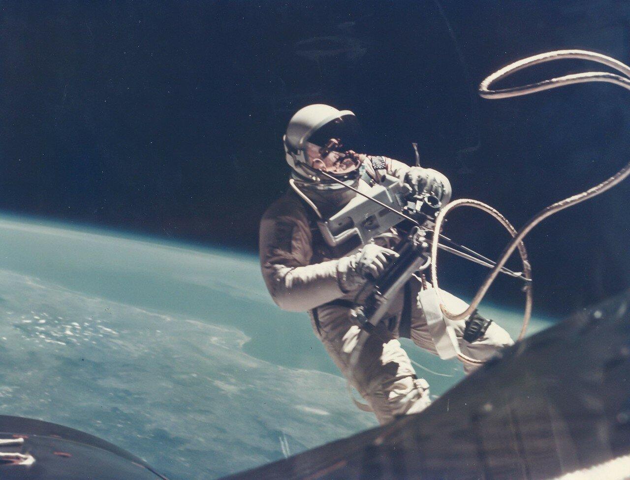 31. 1965, 3 июня. Первый выход американского астронавта в открытый космос. Ред Уайт уплывает от космического корабля «Джемини»-4