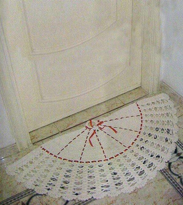 Бежевый коврик-веер, связанный