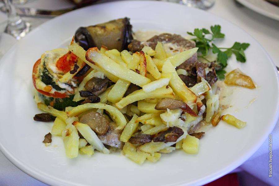 Говядина (вырезка) топленая в сливках, с грибами и луком, с укропчиком. Картофель жареный с грибами.