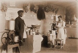 Служители за работой на сепараторе  в павильоне животноводства.