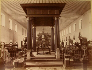 Витрина с изделиями Нижне-Тагильских заводов в горнозаводском отделе выставки.