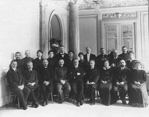 Группа служащих канцелярии.