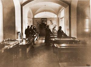 Раненые во время занятий ручным трудом в мастерской лазарета.