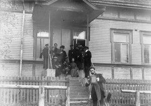 Члены следственной комиссии и вдова М.Я.Герценштейна на крыльце дома, где происходил суд.