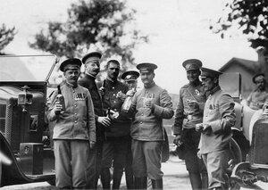 Группа офицеров у автомобилей, принадлежащих императорской фамилии.