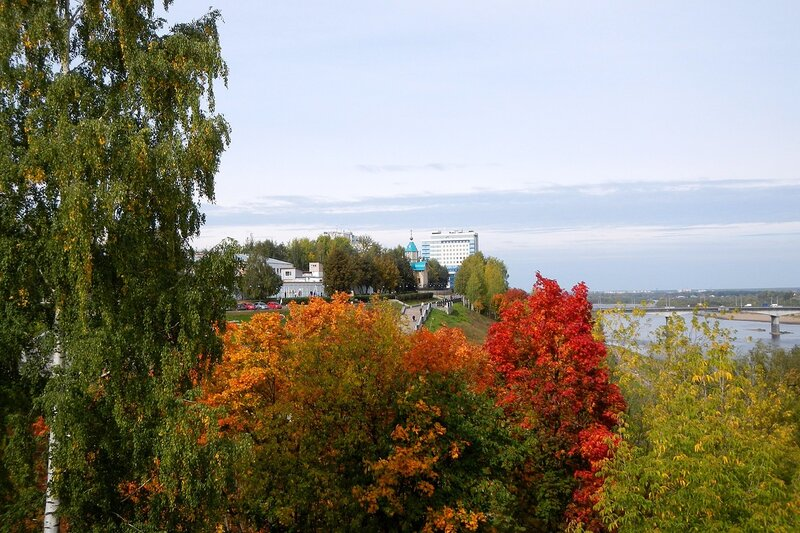 Осень в Александровском саду: вид из ротонды на набережную